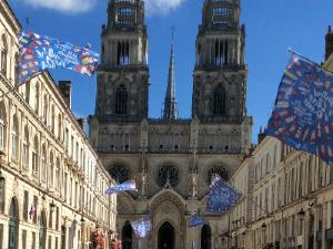 Orleans::Visita a la Maison Sainte Jeanne d'Arc. Recibidos por Olivier Bouzy realizamos grabaciones del material custodiado allí. Visita y grabación de la catedral y otros lugares.